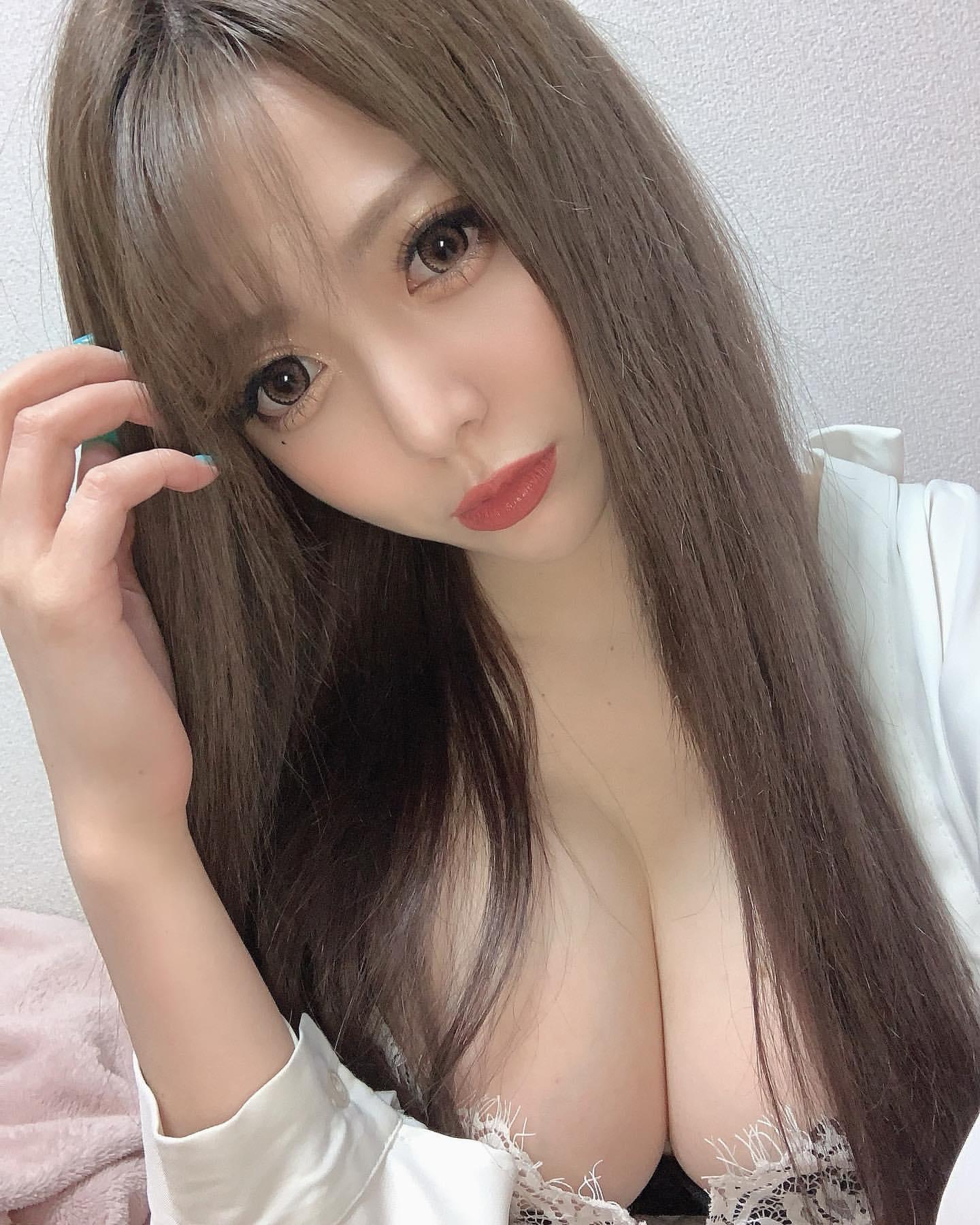 【素人画像】胸の谷間がチラ見えする部屋着の女の子がエロ可愛すぎる